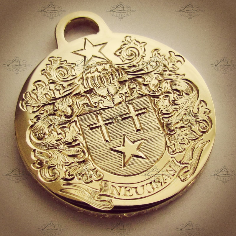 Yellow gold round pendant surface engraved with a Coat of Arms